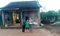 Giáo viên các trường mầm non ở huyện Ea H'leo đến nhà học sinh 3 năm trước để truy thu lại tiền chi sai
