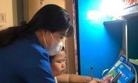 Bạn Võ Thùy Loan (thành viên Đội IT áo xanh của Đoàn phường Thuận Phước, quận Hải Châu) hỗ trợ em Phạm Võ Tiến Minh, học sinh lớp 1/4, Trường Tiểu học Võ Thị Sáu, học trực tuyến