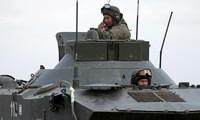 Hai binh sỹ thuộc lực lượng đặc nhiệm dù của Nga ở Crimea. Ảnh: CNN