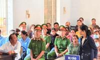 Một bị cáo phải nhờ người phiên dịch tiếng Êđê - Tiếng Việt