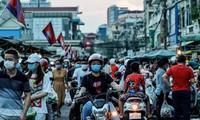 Người dân Campuchia tập trung tại một khu chợ đông đúc ở Phnom Penh. Ảnh: Nikkei Asia