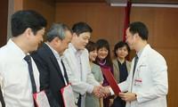GS.TS Nguyễn Quang Tuấn, Giám đốc BV Bạch Mai trong buổi trao quyết định bổ nhiệm 20 bác sĩ cao cấp của bệnh viện