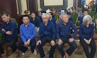 Bị cáo Trần Phương Bình (đeo kính) và các bị cáo khác. Ảnh: Văn Minh