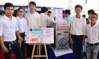 Nhóm tác giả và sản phẩm tại cuộc thi Thiết kế, chế tạo, ứng dụng dành cho tuổi trẻ TPHCM. Ảnh: Bình Minh
