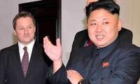 Ông Spavor trong một lần gặp ông Kim Jong-un. Ảnh: Business Insider