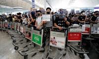 Người biểu tình tại sân bay Hong Kong. Ảnh: Reuters