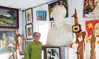 Họa sĩ Lê Duy Ứng bên bức tượng Bác Hồ Ảnh: KIẾN NGHĨA