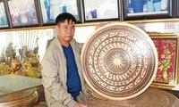 Nghệ nhân Lê Văn Bảy bên các sản phẩm của mình