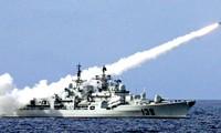 Tàu chiến Trung Quốc phóng tên lửa trong một lần tập trận bắn đạn thật trên biển Đông. Ảnh: AP