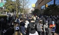 Người dân Hàn Quốc xếp hàng trước cửa hàng ở TP Daegu hôm 24/2 để chờ mua khẩu trang. Ảnh: AP