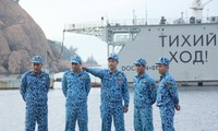 Thiếu tá Trần Văn Phương (người đứng giữa, chỉ tay) trao đổi cùng đồng đội trước khi lên đường thực hiện nhiệm vụ. Ảnh: NVCC