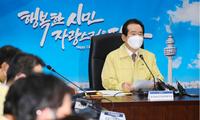 Thủ tướng Hàn Quốc Chung Sye-kyun họp với nhóm quan chức của chính phủ chịu trách nhiệm xử lý dịch Covid-19 hôm 25/2. Ảnh: Yonhap
