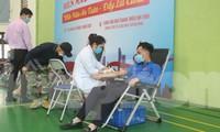 Các bạn trẻ tỉnh Bắc Ninh nhiệt tình tham gia hiến máu cứu người. Ảnh: N.T