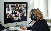 Một học sinh học trực tuyến tại nhà ở Tây Ban Nha thông qua ứng dụng Zoom. Ảnh: Getty