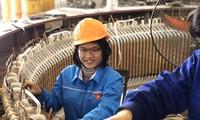 Nữ kỹ sư Phạm Thanh Huyền tham gia sửa chữa động cơ điện 1250kW tại xưởng sửa chữa và vận hành điện. Ảnh: NVCC