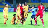 Trọng tài ngăn cản những cái đầu nóng lao vào nhau ở trận Viettel gặp Thanh Hoá ở vòng 6. Ảnh: TRẦN ANH
