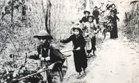 Lực lượng TNXP thồ đạn ra chiến trường Ảnh tư liệu Bảo tàng Tuổi trẻ Việt Nam