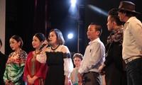 Đại diện gia đình và các nghệ sĩ tham gia đêm nhạc Phó Đức PhươngKhúc hát phiêu ly(Nhà hát Lớn Hà Nội, 10/7) nói lời tri ân khán giả. Ảnh: N.M.Hà