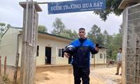 Thầy giáo Lò Văn Quang trong bộ quần áo mưa, đôi ủng, trang phục không thể thiếu trong suốt 10 năm ở vùng sâu, vùng xa. ẢNH: NVCC