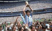 Diego Maradona giương cao chiếc cúp vàng World Cup 1986