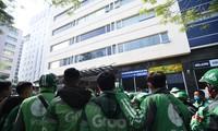 Tài xế tập trung đình công trước văn phòng Grab tại Cầu Giấy, Hà Nội sáng 7/12 Ảnh: Anh Tuấn