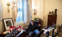 Người đàn ông gác chân lên bàn trong văn phòng của Chủ tịch Hạ viện Hoa Kỳ