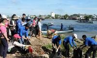 Các ĐVTN Vĩnh Long vớt rác trên sông