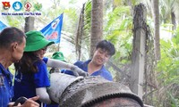 Nguyễn Hải Nhân (bên phải) tham gia xây dựng đường nông thôn tại xã Hoà Ân, huyện Cầu Kè (tỉnh Trà Vinh) trong chiến dịch Mùa hè xanh năm 2019. ẢNH: NVCC