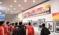 """Người xem ôn lại những chặng đường lịch sử của Đảng tại triển lãm """"Đảng ta thật là vĩ đại"""". Ảnh: KỲ SƠN"""