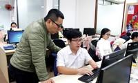 Anh Trần Mạnh Huy, Tổng Giám đốc VBPO (bìa trái) đang trao đổi công việc cùng Nguyễn Thành Nhân – Trưởng phòng dự án. Ảnh: Giang Thanh
