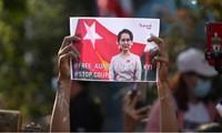 Những người ủng hộ Đảng NLD của bà Aung San Suu Kyi biểu tình bên ngoài Đại sứ quán Myanmar ở Thái Lan ngày 2/1 để phản đối quân đội. Ảnh: Reuters