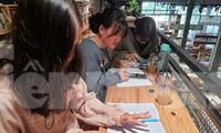 Một nhóm học sinh THPT cùng nhau học online ở nhà sách để có được wifi mạnh cũng như thuận tiện trao đổi bài