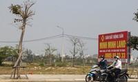"""Chủ một số sàn giao dịch cho hay, mỗi ngày đều """"đẩy"""" được nhiều lô đất tại khu Nam Hòa Xuân, trên thực tế rất ít giao dịch. Ảnh: Thanh Trần"""