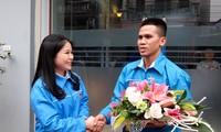 Chị Chu Hồng Minh, Bí thư Thành đoàn Hà Nội tặng hoa, động viên anh Nguyễn Ngọc Mạnh. Ảnh: Hoàng Mạnh Thắng