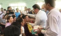 Giữa tháng 7/2020, ông Võ Hoàng Yên cùng cộng sự chữa bệnh cho người dân huyện Bình Sơn, tỉnh Quảng Ngãi. Ảnh: Nguyễn Ngọc