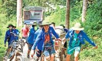 Sinh viên Đại học Công đoàn thực hiện chiến dịch mùa hè xanh tại huyện Chiêm Hóa, tỉnh Tuyên Quang. Ảnh: Lưu Trinh