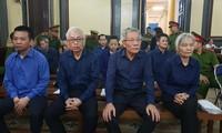 Các bị cáo tại tòa hôm 4/12. Ảnh: Văn Minh