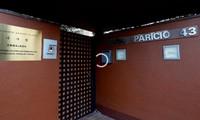 Một cửa ra vào của Đại sứ quán Triều Tiên tại Madrid. Ảnh cắt từ clip của CNN