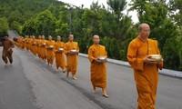 Trụ trì chùa Ba Vàng và các nhà sư. Ảnh: NGUYÊN KHÁNH