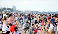 Du khách chen chân trên bãi biển Vũng Tàu trong kỳ nghỉ lễ giổ Tổ Hùng Vương vừa qua
