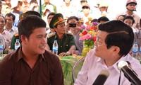 Chủ tịch nước Trương Tấn Sang trong chuyến thăm và làm việc tại Lý Sơn ngày 15/4/2013 đã trò chuyện, động viên thuyền trưởng Bùi Văn Phải. ảnh: Lê Văn Chương
