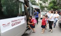 Các cô phụ trách xe đưa đón học sinh lên xe bus sau khi tan học tại trường PTLC quốc tế Getway chiều ngày 7/8. Ảnh: Như Ý