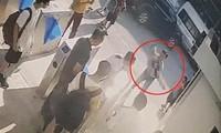 Hình ảnh camera ghi lại cảnh bé trai được phát hiện, bế vào phòng y tế. Ảnh: Cắt từ clip
