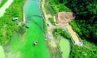 Xử lý dầu thải nguồn nước sông Đà Ảnh: SOS cung cấp