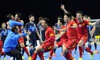 Niềm vui của các cầu thủ futsal Việt Nam sau khi đánh bại Nhật Bản tại tứkết giải Futsal châu Á và giành vé tới World cup 2016. Năm nay, futsal Việt Nam quyết tâm tái lập thành tích 4 năm trước. Ảnh: PV
