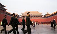 Lực lượng an ninh đeo khẩu trang khi đi tuần trong Tử cấm thành ở Bắc Kinh ngày 26/1. Ảnh: Getty Images