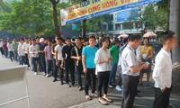 Lao động Việt Nam làm thủ tục dự thi tiếng Hàn để sang Hàn Quốc vào năm 2017. Ảnh: Phạm Thanh