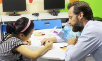 Các lớp học ngoại ngữ đóng cửa khiến nhiều giáo viên phải ở nhà trông con