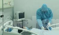 Thăm khám bệnh nhân mắc Covid-19 đang điều trị tại BV Bệnh Nhiệt đới T.Ư