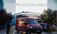 Quân đội Tây Ban Nha làm nhiệm vụ tại Trung tâm thương mại Palacio de Hielo, Madrid, nơi có sân trượt băng được trưng dụng thành nhà xác tạm thời. Ảnh: Getty Images